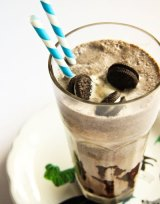 Batido de galletas Oreo con salsa de chocolate