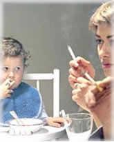 Un estudio revela que 8 de cada 10 bebés de padres fumadores tienen nicotina en el pelo