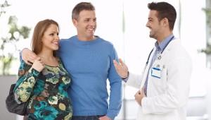 Pareja y especialista- Cómo elegir el profesional que llevará tu embarazo