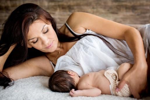 madre amamantando a su bebé- ¿Es normal el reflujo en el bebé?