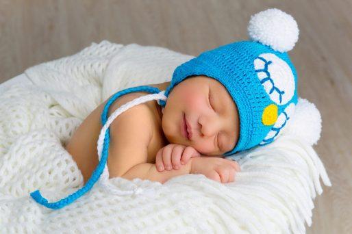 Recién nacido dormido- ¿Puede mi bebé usar colonia?, una especialista explica