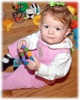 bebé con juguete