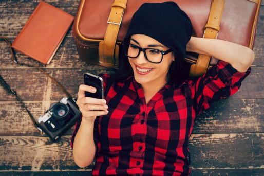 mujer smartphone recostada