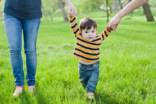 enseñar al niño a correr y saltar
