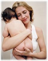 mamá abrazando a bebé
