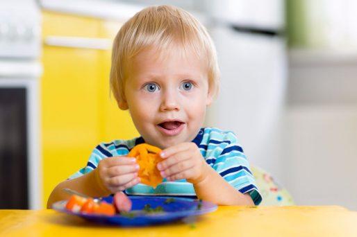 Niño comiendo vegetales- Cómo hacer que mi hijo coma verduras y vegetales