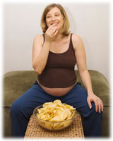 Embarazada comiendo papas fritas