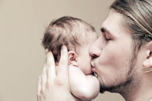 Padre con bebé en brazos