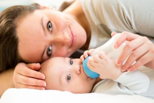 Mamá con bebé y mamadera