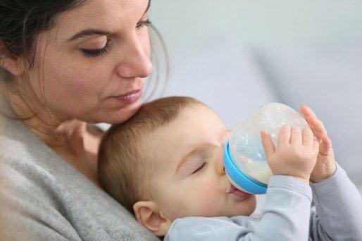 el niño no quiere tomar su leche