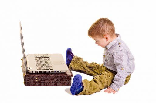 Niño sentado en el suelo