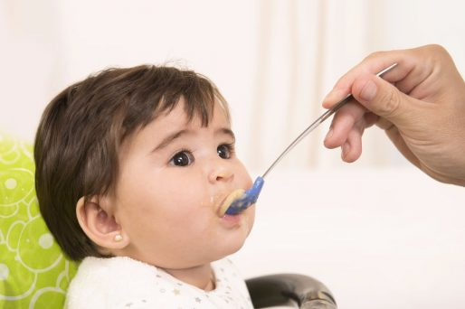 Para el bebé alimentos sólidos o cremas