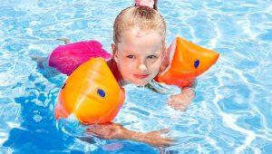 Niña en la piscina- Al fin tus hijos disfrutarán de la piscina sin temor