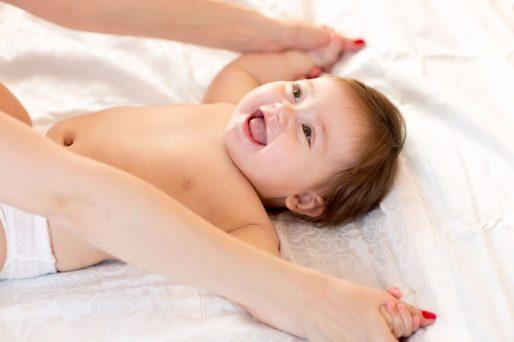 Bebé riendo en la cuna