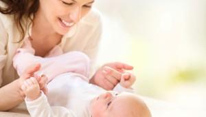 Madre y bebé en pañal- Conoce cómo cambiar el pañal a un recién nacido paso a paso