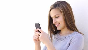 calculadora de ovulacion, mujer con smartphone