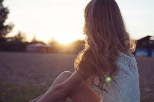 Mujer puesta de sol, embarazo tras aborto