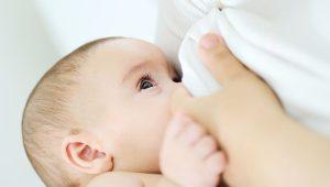 Madre amamantando a su bebé.