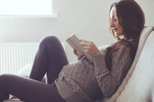 embarazada leyendo- Cómo prepararte para el embarazo