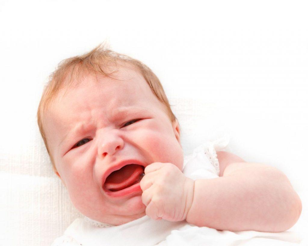 Bebé cae y golpea la cabeza