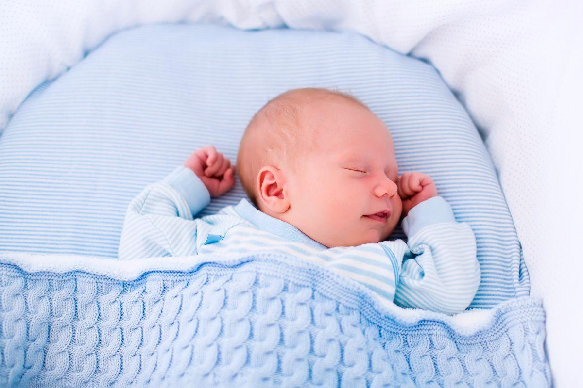 Por qué el bebé sonríe mientras duerme ¿qué le provoca esto?