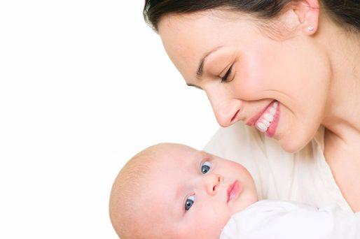 beneficios de abrazar a tu hijo