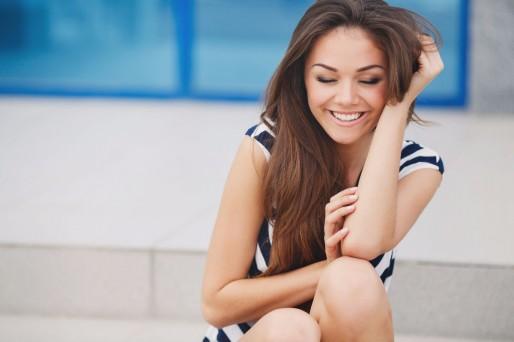 Mujer riendo sentada