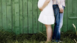 pareja embarazo de espaldas