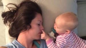El bebé que hace lo imposible para que no duerma su mamá