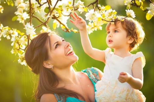Mujer feliz xon hija en brazos