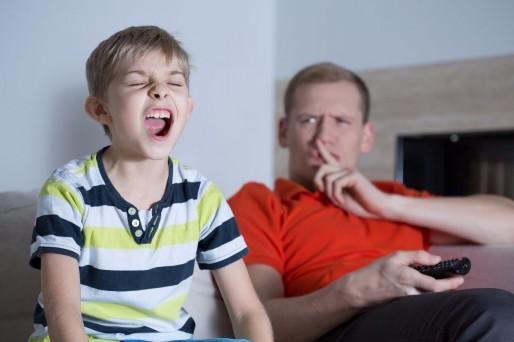 Niño hablando dura con su padre-Mi hijo habla muy fuerte, ¿Es normal?