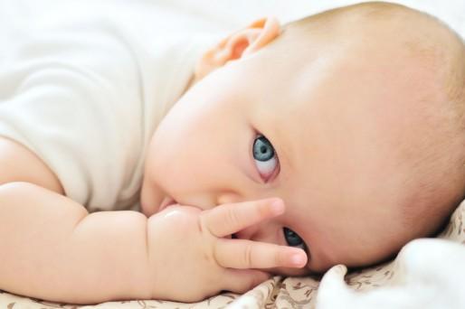 por qué el bebé se chupa el dedo