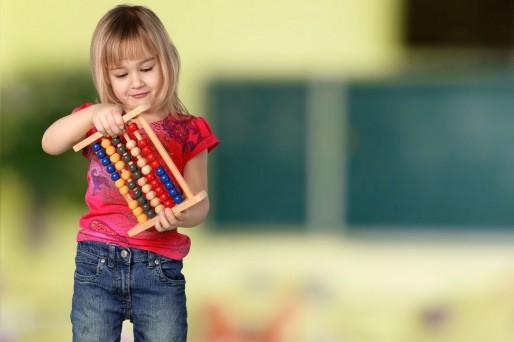 el niño debe llevar juguetes a la escuela
