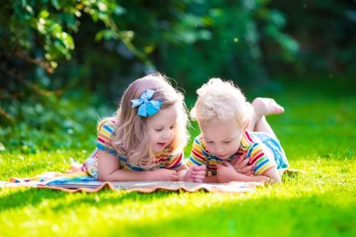 niños en el pasto: habilidades sociales