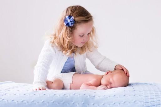 niños-Mi hijo actúa como bebé desde que nació su hermano.