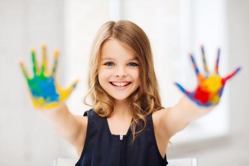 niña manos pintadas