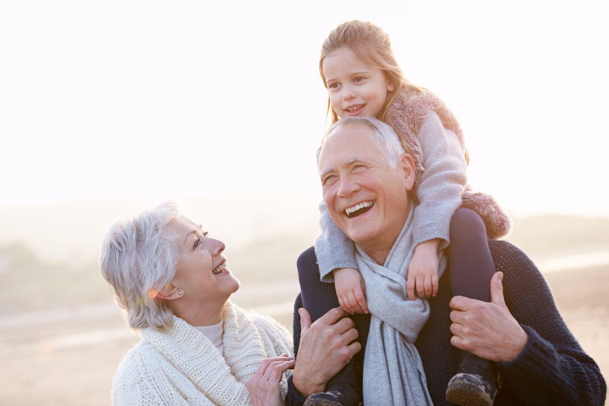 abuelos con nieta
