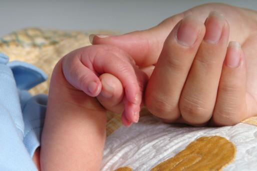manos- No cortes las uñas al recién nacido, límalas