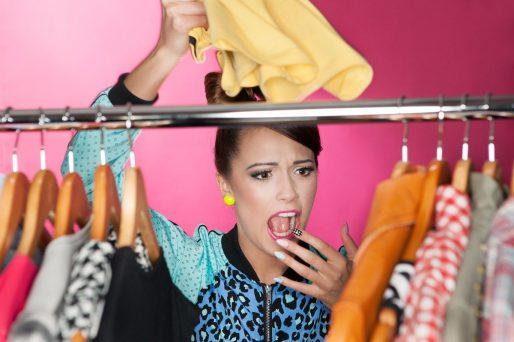 mujer embarazada mira opciones para vestir en invierno