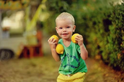 niño con limones