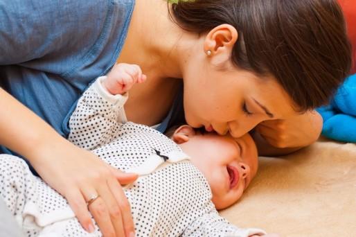 Madre e hijo- ¿Por qué es importante masajear al bebé? – Video
