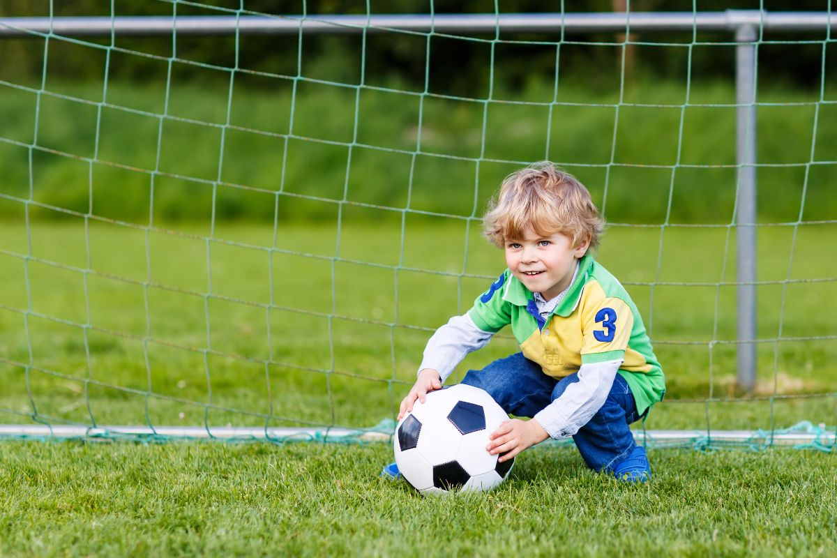 Niño pelota de fútbol