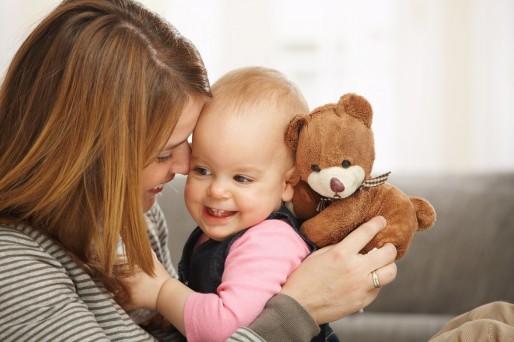 mujer y bebé riendo