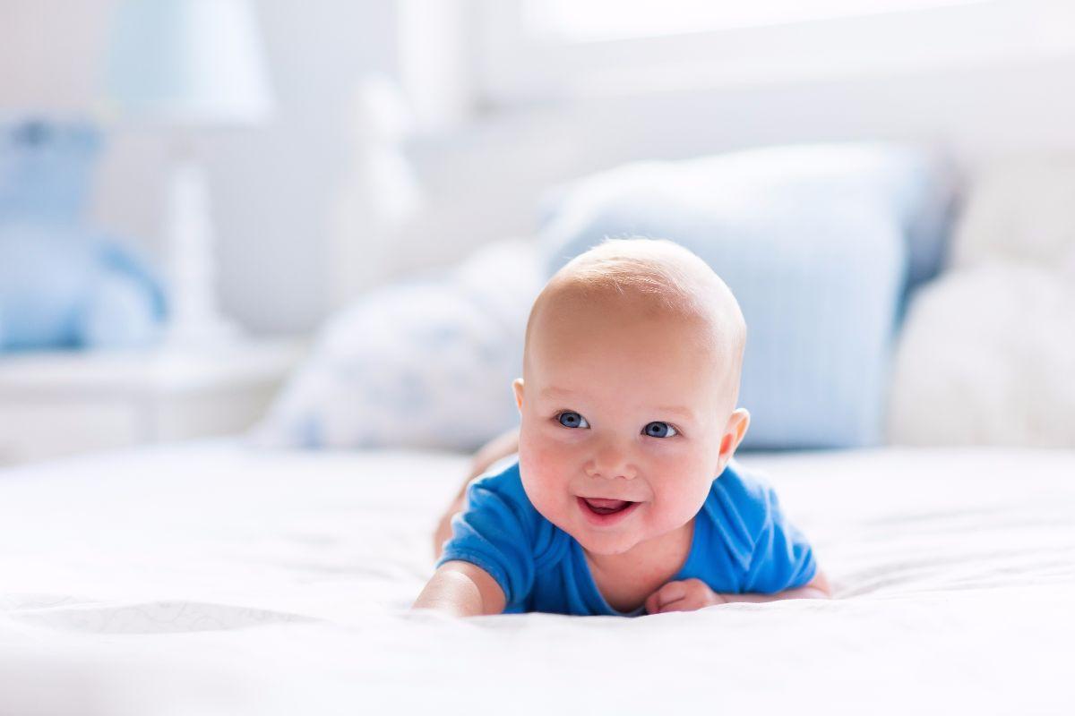 bebé en la cama