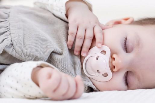 bebé y chupete