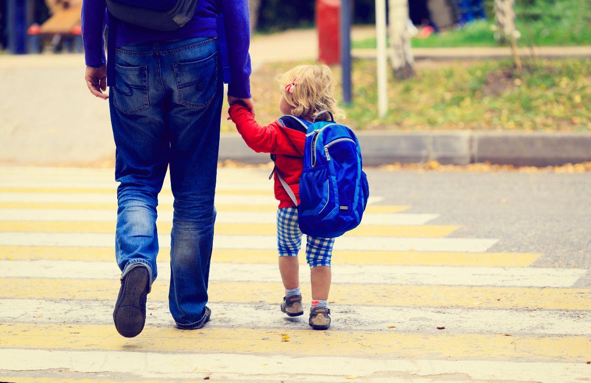 niño caminando con su padre