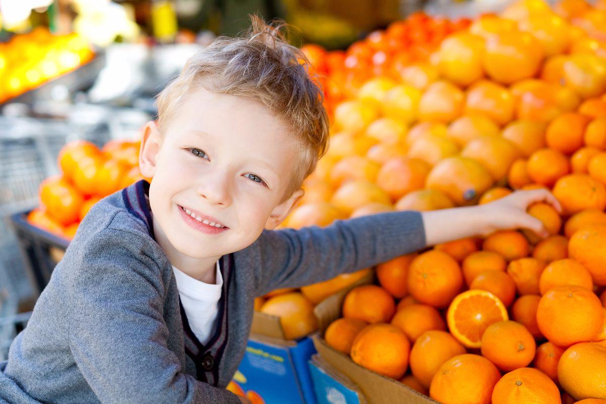 niño naranjas