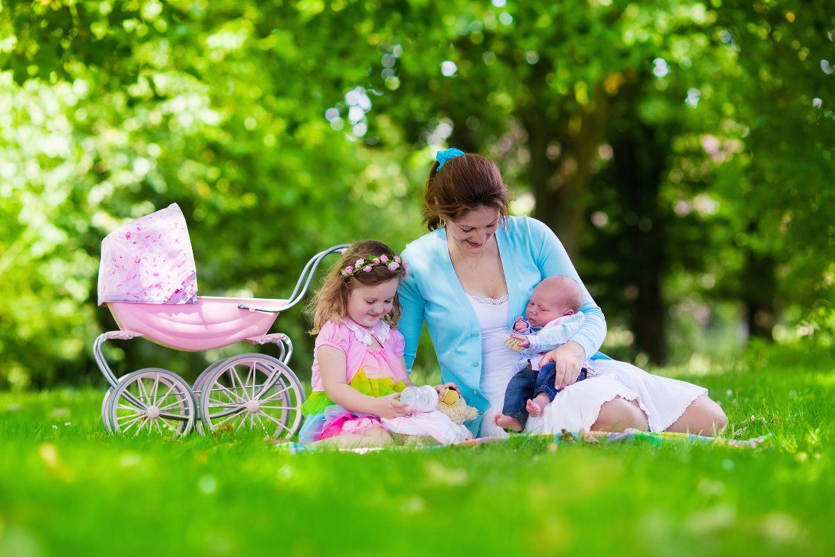 mujer e hijas en el pasto