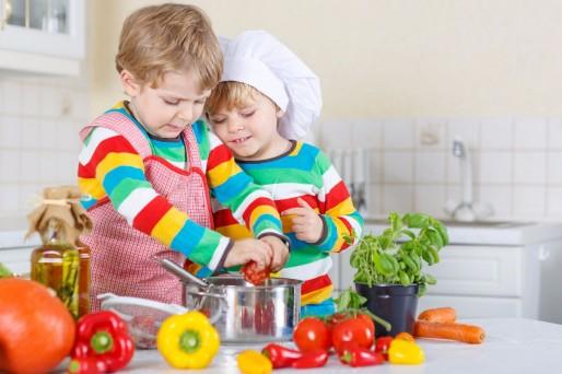 niños en la cocina- Alimentos light