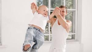 Padre se ejercita cuidando a sus bebés